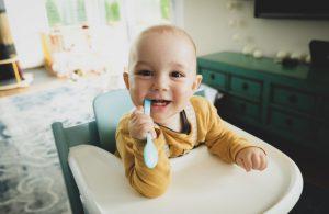 Bébé qui attend son repas dans sa chaise haute