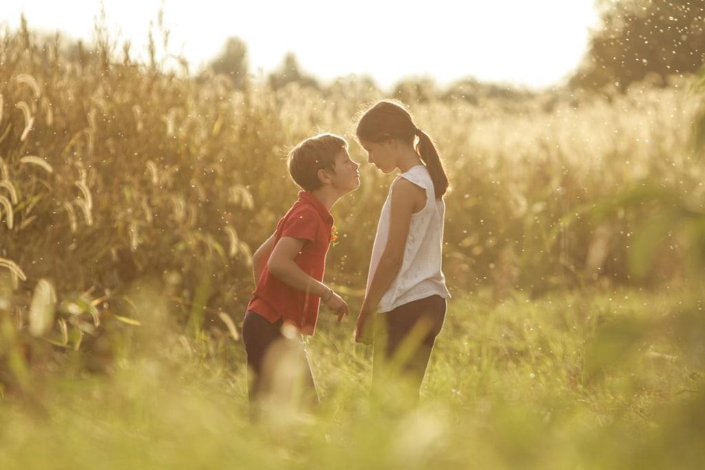 Enfants qui jouent dans un jardin rempli de pollen