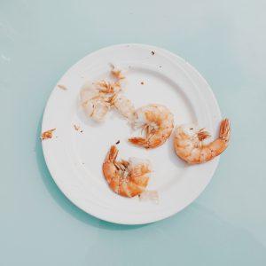 Crevettes dans une assiette blanche